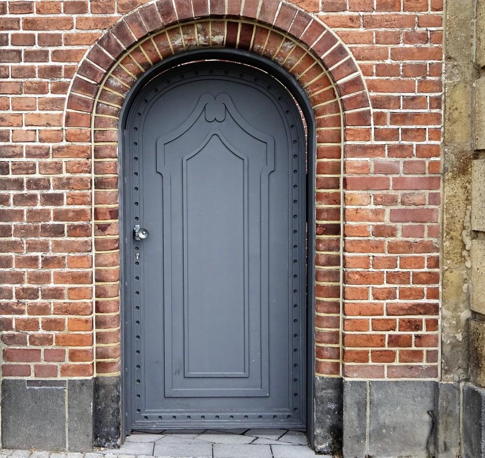 Серая дверь - прекрасно вписалась в старые камни. Раньше здесь был госпиталь, теперь - качественное и дорогое жильё (с прекрасными крышами и видами с них на Рейн.