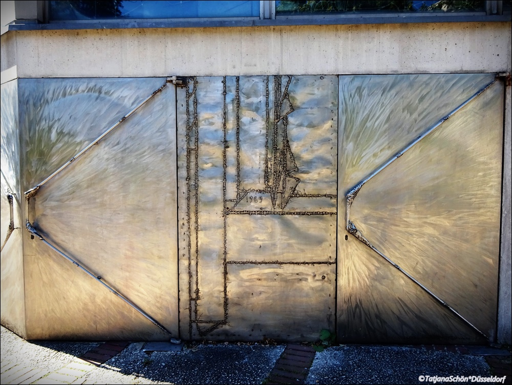 Необыкновенная дверь в районе Дюссельдорф-Гарат: вход вкатолическуюцерковь!