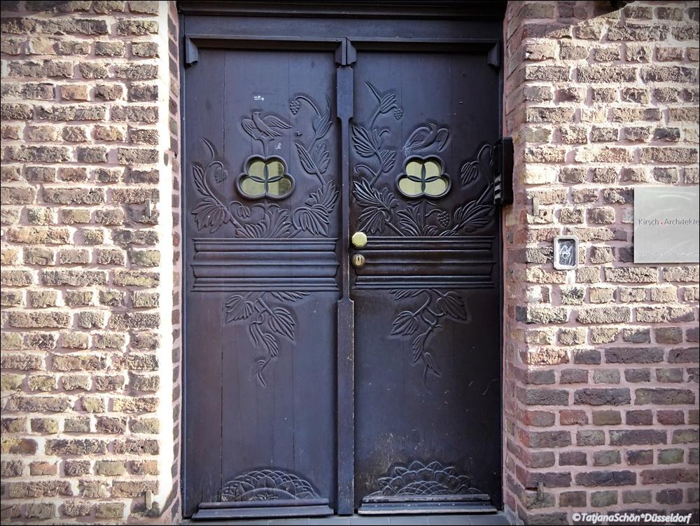 Дверь церковно-приходского здания в Кёльне.