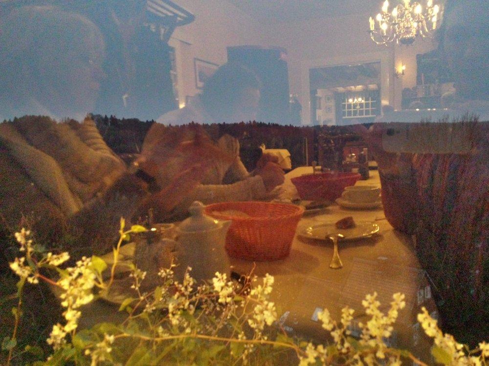 ;-) Концептуальное фото Анны Андреевой. Берг, мы трапездничаем в сумерках, за окном - цветы.