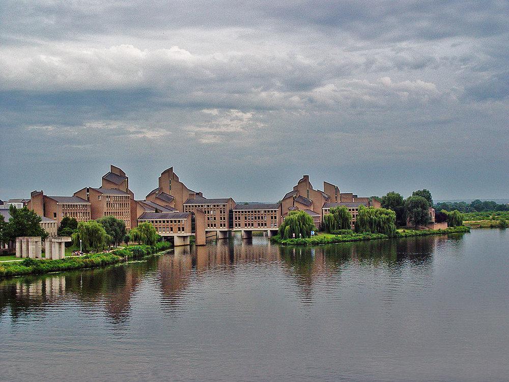ЗданиеGouvernement на правом берегу реки Маас (фото из векипедии) - современное, как многое на этом берегу.