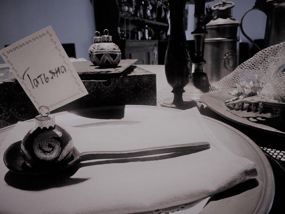 Вот, в процессе подготовки: на кухне томится бульон, стол суоро будет украшен старинной немецкой оловянной посудой...
