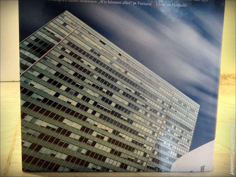 """На обратной стороне - фото здания """"Три ломтя""""."""