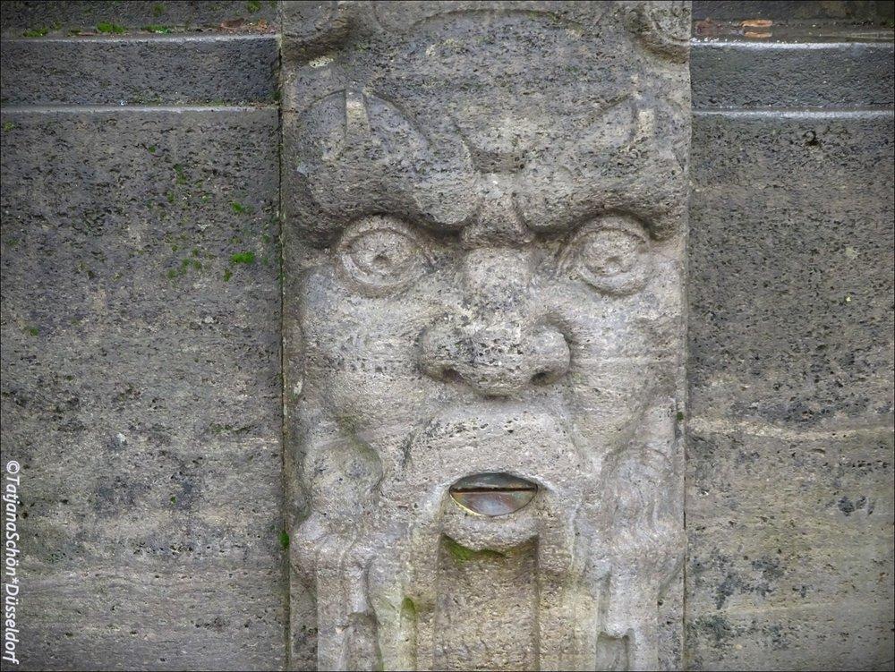 Кстати, это фонтан-памятник врачу, сделан из ракушечника. Стальные уста о многом умалчивают.
