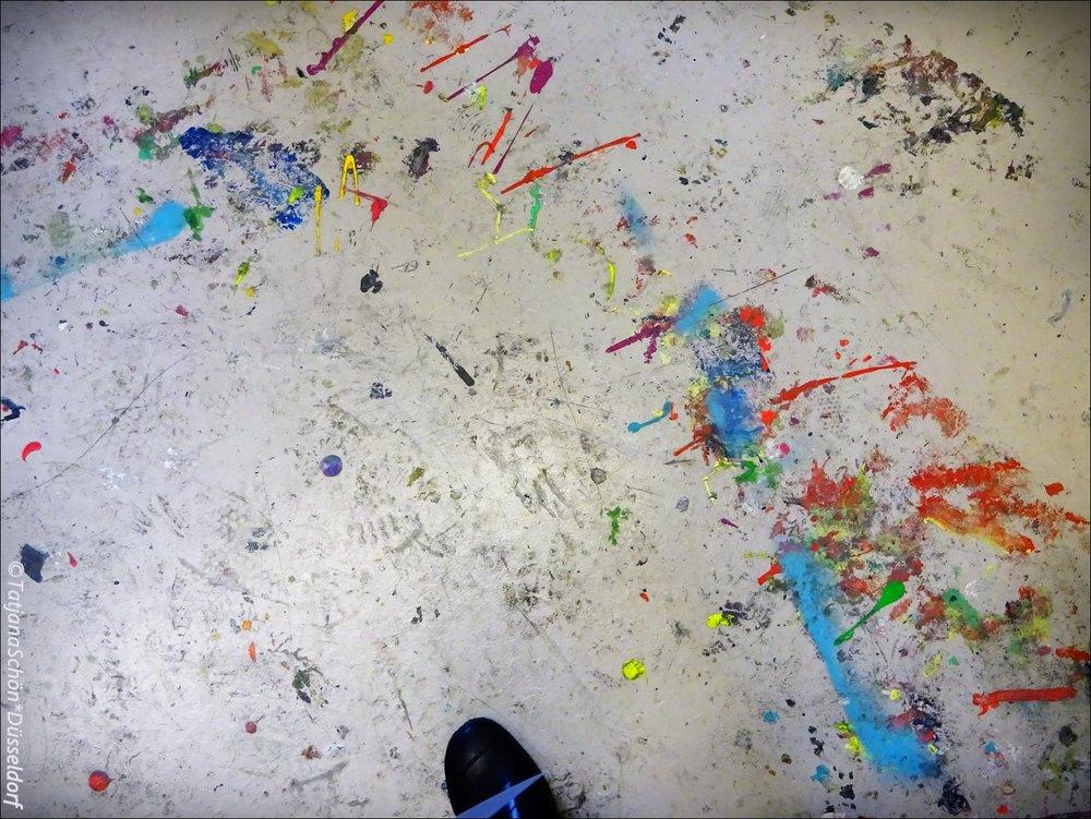 Нет-нет, это не абстрактная картина, а полы в академии :-)