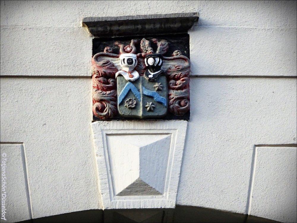И тут же ещё один странный герб - двухчастный, на одной половине липпская роза (мушмула)... Что бы это значило?