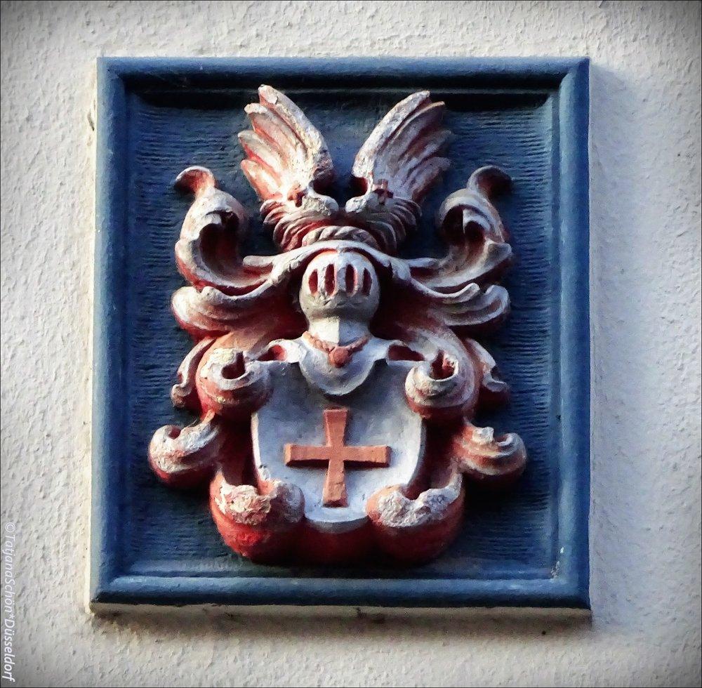 И ещё один загадочный герб того же дома. Да он весь в гербах (осознаю)))!
