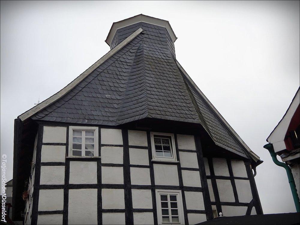 Дом - протестантская церковь - снова дом. Ветхий, но по-фахверковски долговечный.