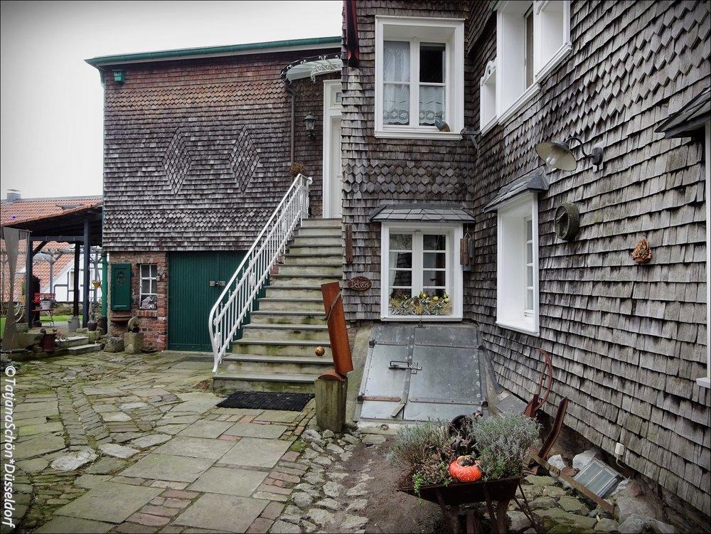 Сюрприз: это не шифер! Дом покрыт деревянными «чешуйками».