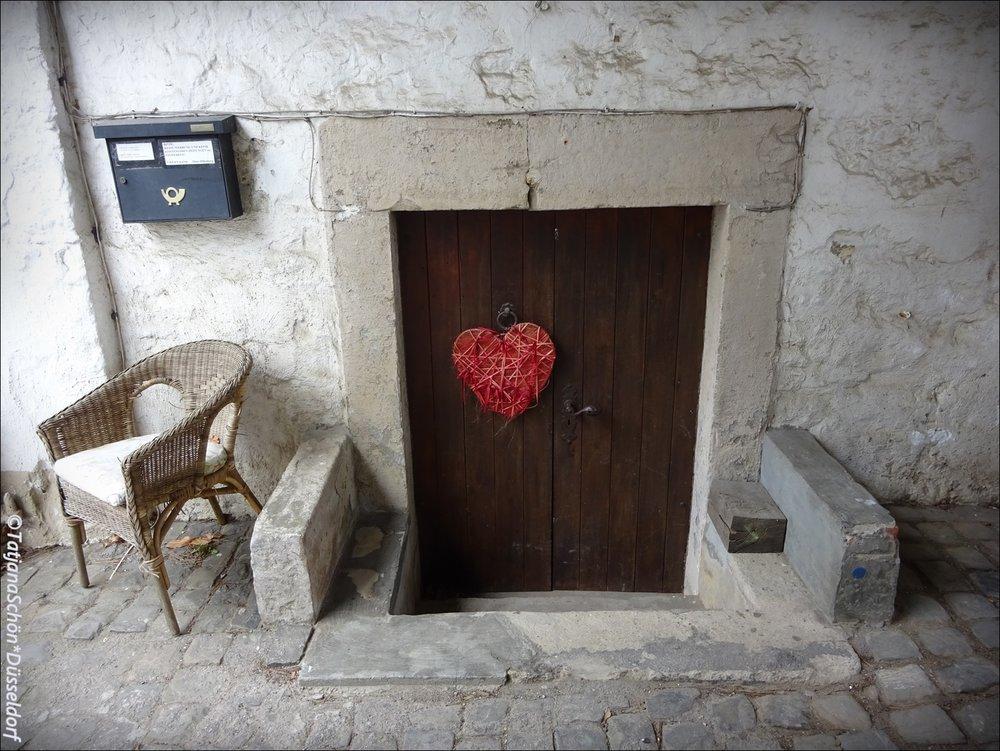 """Полуподвальная дверь замка """"Хаус Дюссель""""Католическая церковь в Дюсселе (не в Дюссельдорфе!)"""