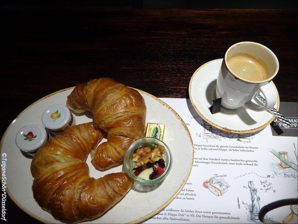 Натюрморт - завтрак в авиапорту перед вылетом.