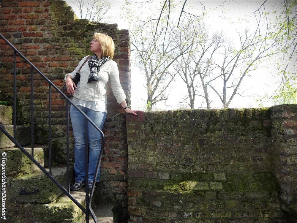 И только старые стены стоят...