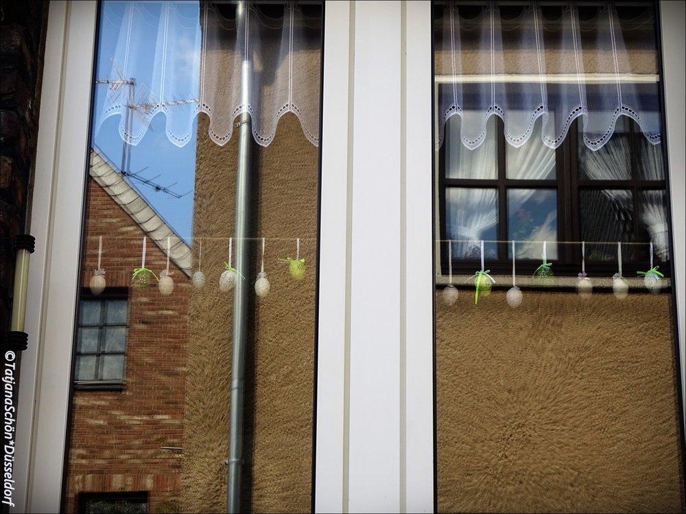 А также и окна наряжают. С отражениями всегда интересно!