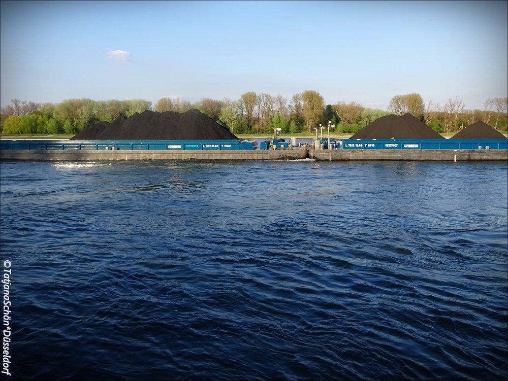 Перед посадкой на паром видела, как плыли горы по Рейну (синий Рейн, голубое небо, нежная зелень и чёрныеугольные горы).