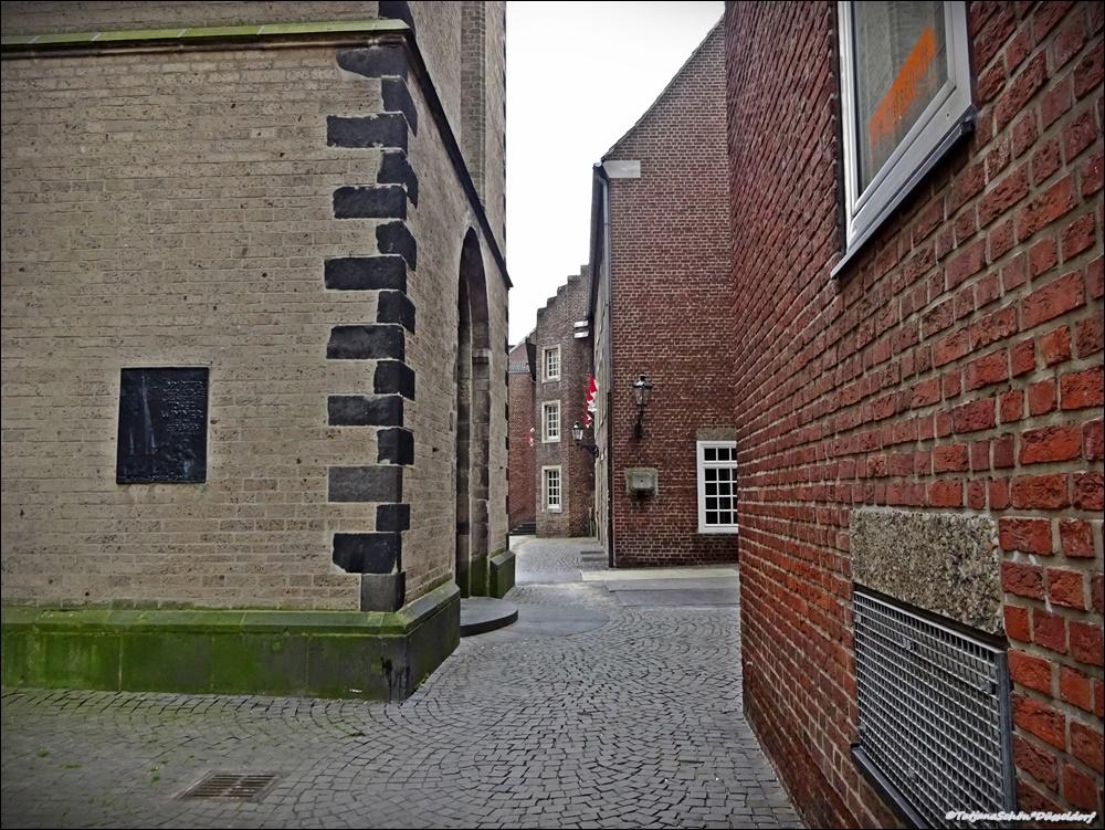 """Вот куда камень из Семигорья попал вДюссельдорфе- его уложили на рейнский базальт, и церковь построили из """"запечёного камня"""" - из кирпича, то есть. Мы всё это потрогали."""