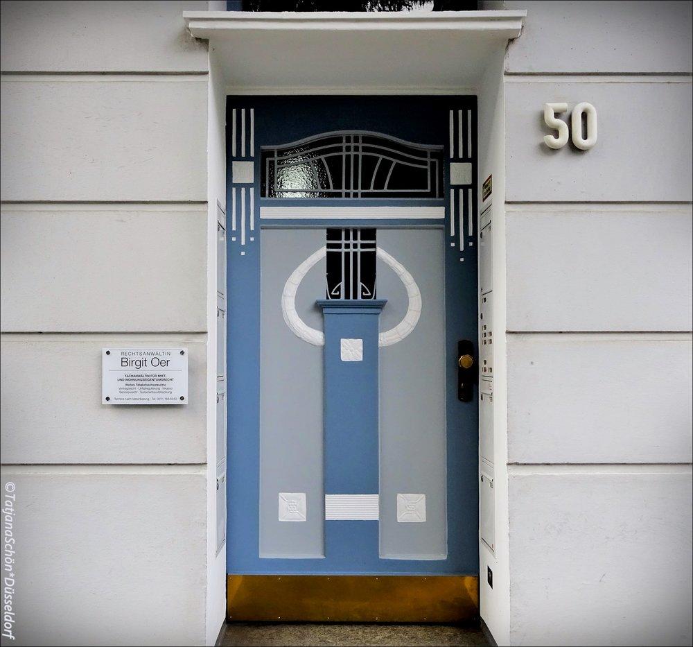 №1 - жилой многоквартирный дом в райне Дюссельдорф-Оберкассель, этой двери около 100 лет.