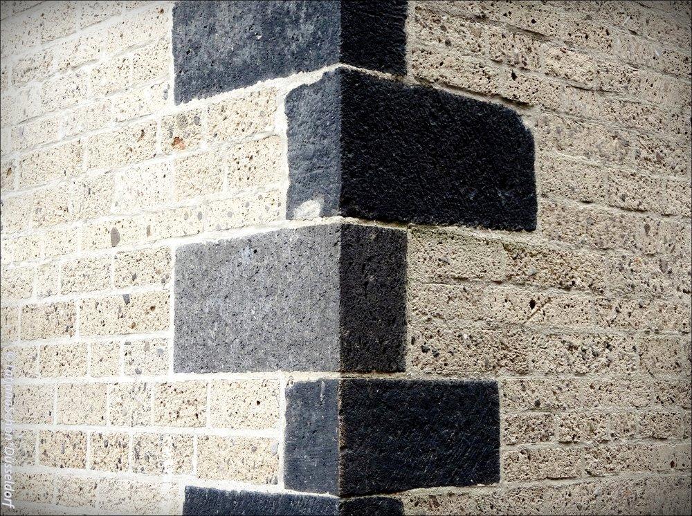 Квадры  (от лат. quadrum - четырёхугольник)  — каменныеблокив форме параллелепипеда, употребляемыедля кладки стен и сводов.