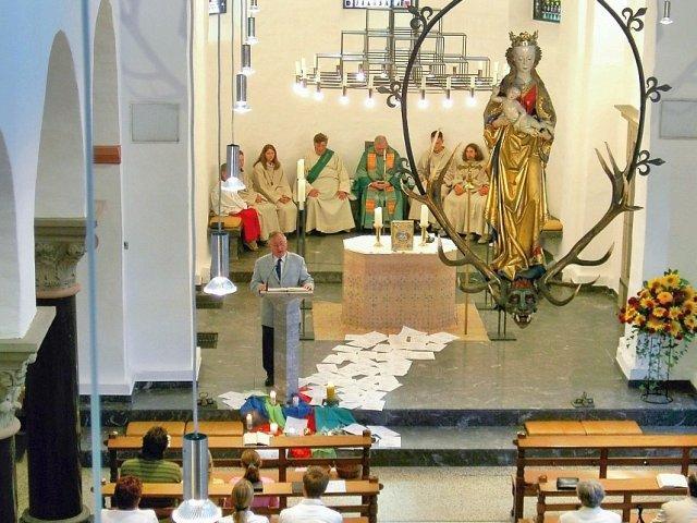Так выглядит церковь во время службы (вид с органного балкона)