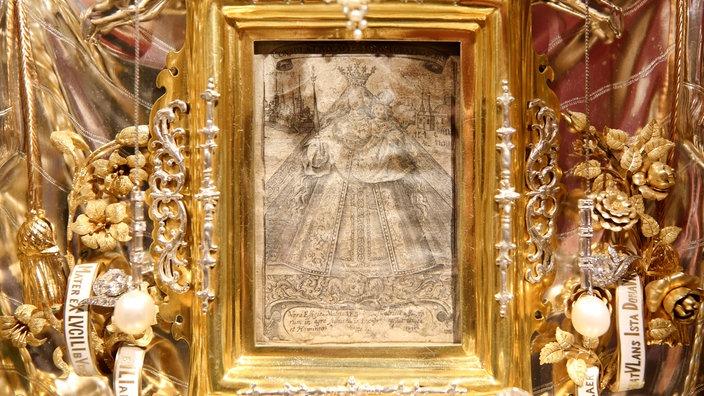 По драгоценному окладу можно понять, как велико почитание небольшой гравюрЫ (ЖЕМЧУЖИНЫ БОЛЬШЕ ГОЛОВЫ МАРИИ)