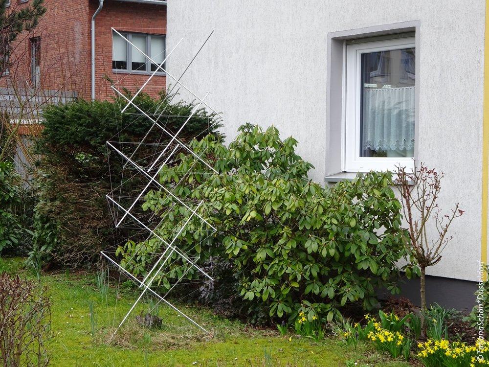 Сложный конструкт(ивизм) перед частным домом