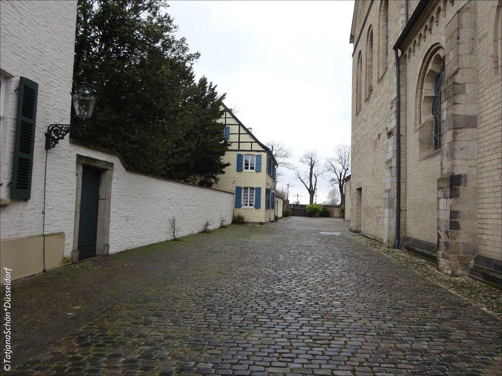 Дорога от церкви к замку Барбароссы