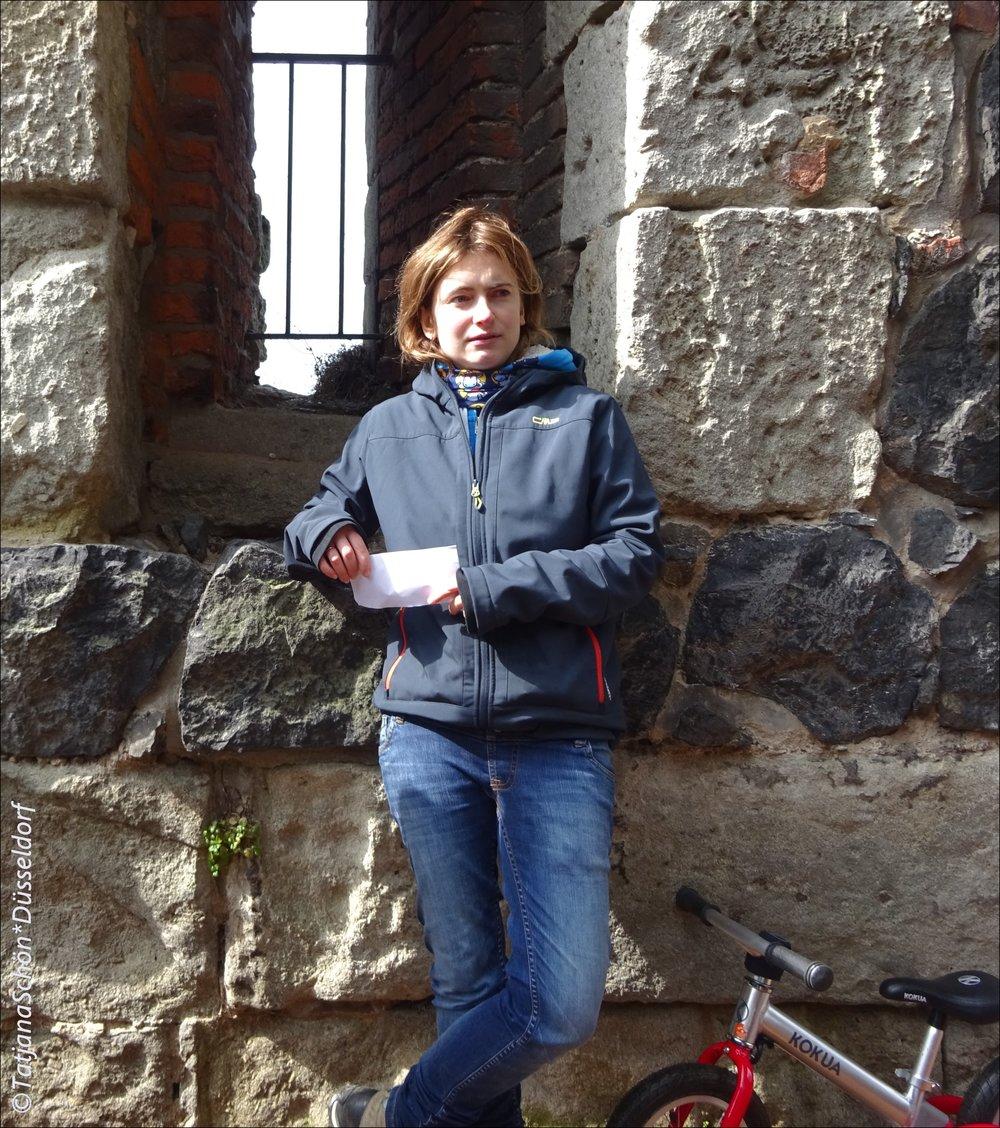 """Катя, автор многих очень красивых фотографий и этой """"наоборот""""экскурсии в Кайзерсверт. Велосипед - транспортное средство двух её сыновей А+М, сопровождавшие нас на """"взятие"""" крепости (которую разрушили до нас :-)"""