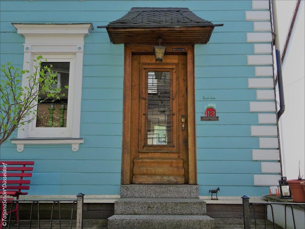 В этой двери (и фрагменте её дома) прекрасно всё, на мой взгляд. №13, красная скамья, лошадка)))