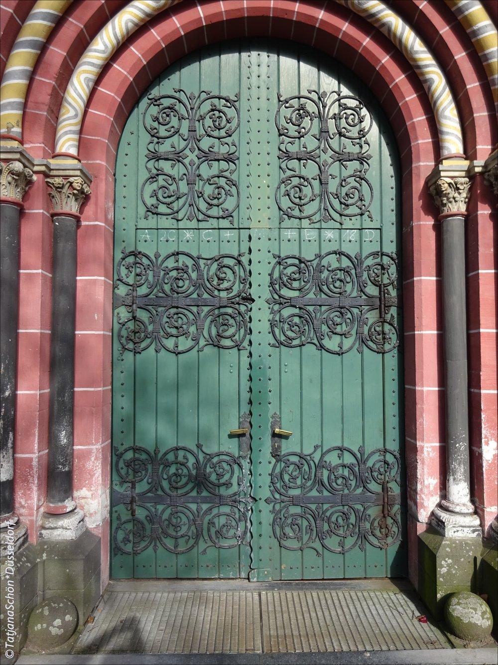 Церковь ко времени нашего визита в город уже закрылась.