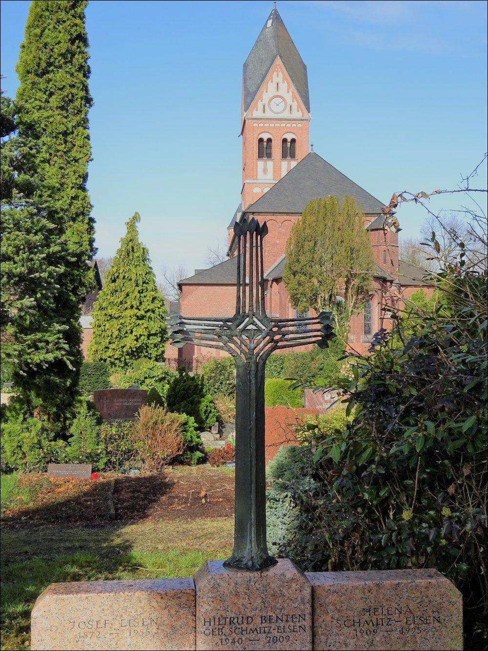 здесь хоронили жителей урденбаха католического (оно за католической церковью), но и лютеранского (!) вероисповедания - у кладбища 2 части, но строгих разграничений нет.