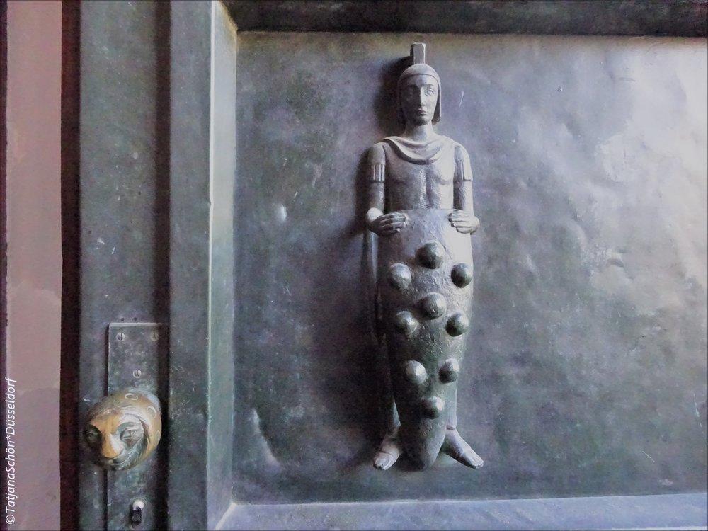 """Рядомсо скульптурой """"охранника"""" (прямо на бронзовой двери) - ручка-голова льва"""