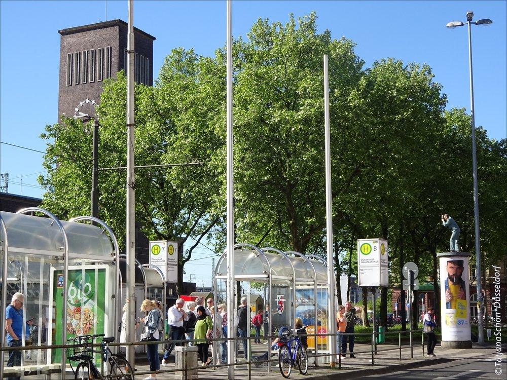 Нойсс - 11 километров от гл.вокзала Дюссельдорфа. Можно доехать даже на трамвае