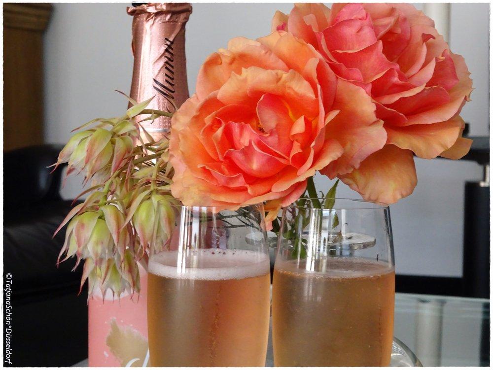 Розовое игристое оказалось оранжевым, что хорошо подошло по цвету к букетику