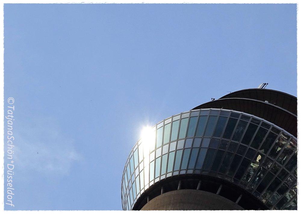 """Rheinturm - телебашня в Дюссельдорфе похожа на летающий объект, представьте, что и странные существа - спустились не """"с дерева"""", а десантировались""""с небес""""..."""
