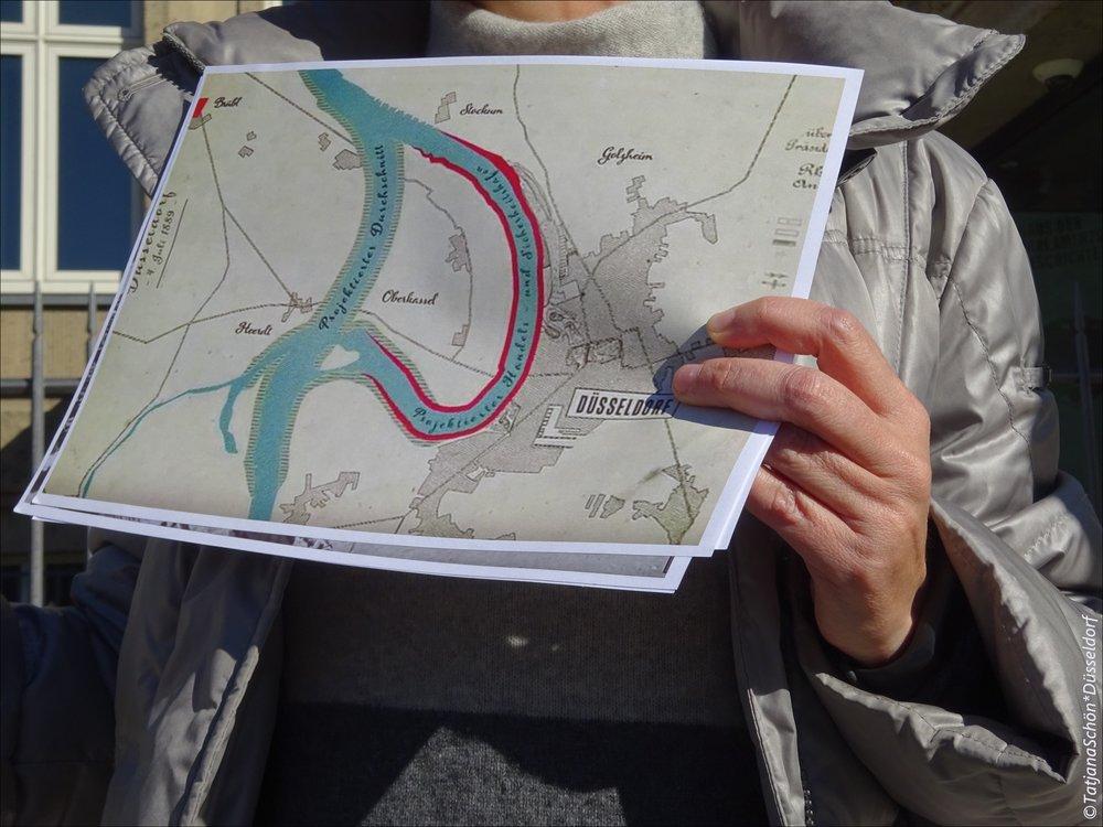 """Анна показывает план переделки Дюссельдорфа (19 век, тогда предполагалось """"перенести"""" Рейн за Оберкассель и построить порт там)"""