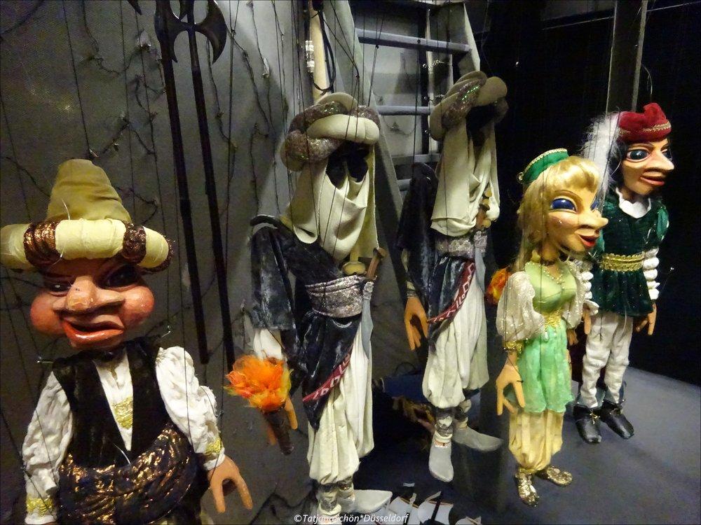 """В то время была мода на """"турецкое"""". За кулисами повисли Бельмонт, испанский дворянин (Констанца, его невеста) + Блонд(инк)а, служанка Констанцы (её половинка - Педрильо, слуга Бельмонта) и Осмин, хранитель сераля с янычарами"""