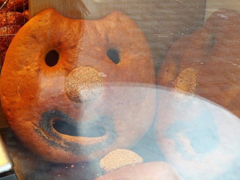 """"""" Но посмотри, как удался пирог!""""   Это не колобок, а буханка хлеба (примечено в витрине, поэтому бликует стекло)."""