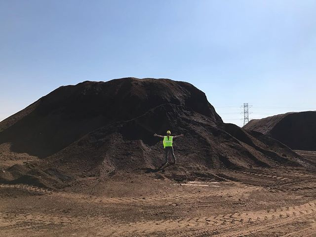 The only thing missing in this photo is a rainbow leading to this glorious mountain of organic COMPOST! Today we got a behind the scenes tour at the @kellogggarden facility by the founder's grand daughter Kathy Kellogg herself! The company has a rich history spanning back to 1925 committed to excellent organic products, responsible environmental stewardship, and a generous philanthropic heart to give back to community. So honored to meet such inspiring and admirable people and companies such as Kathy and her amazing team! . . . #kellogggarden #organicgardening #compost #bestsmellever #earthy #urbangardening
