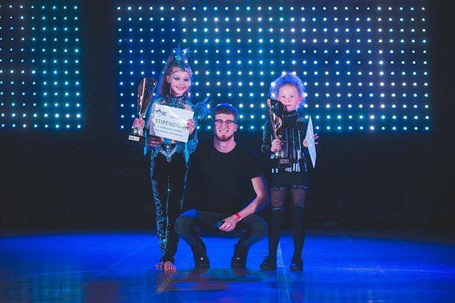 """Za rok 2018 jsme na závěrečné a Vánoční show udělili 6 cen """"WDA Dancer of the Year"""". 🏆 Cena zahrnuje krásnou trofej a stipendium v naší taneční škole. 💰 Za MINI a DVK gratulujeme Viktorce Ventové a Nikolce Fojtíkové! 👏🏻 #hardworkpaysoff #wdadoty2018"""