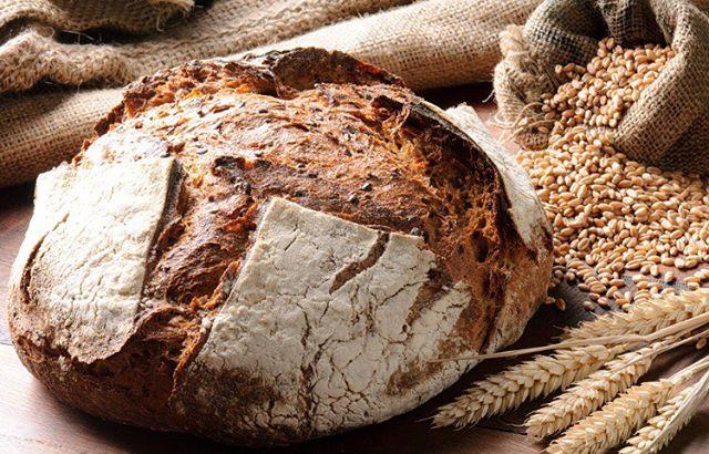 """Veckans hälsotips - välj ett bra bröd! Idag är jag med som dietist i Aftonbladets brödtest (http://www.aftonbladet.se/tester/article23740251.ab) och säger bland annat: """"Generellt innehåller ett bra bröd fullkorn och är nyckelhålsmärkt. Vad som är ett bra bröd för just dig handlar också om vad du äter i övrigt under dagen, hur mycket du rör på dig och hur gammal du är. Smaken är också viktig, ett bra bröd är ett gott bröd"""" 👌🍞#bröd #bread #hälsa #health #fiber"""