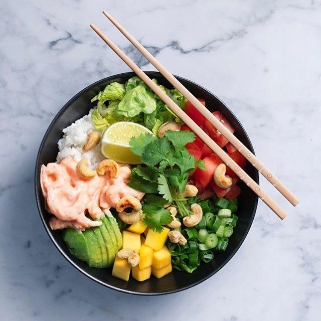 Just nu jobbar jag med Norges sjömatråd som har tagit fram ett smarrigt recept som spinner vidare på vårens pokébowl-trend (som inte, som jag först trodde, lånar namnet från Pokemon-bollar utan från början såldes som streetfood på Hawaii). Här med räkor som inte bara är snabbt och enkelt att fixa fram från frysen utan även innehåller mycket protein selen och jod, vitamin D och B12 och minimalt med fett. Recept finns på bloggen. 🍤💚 #pokebowl #räkor #recept #shrimps