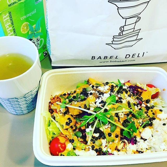 Tristaste vädret kräver färgglad lunch 🌈 sötpotatis- och fetasallad från #babeldeli