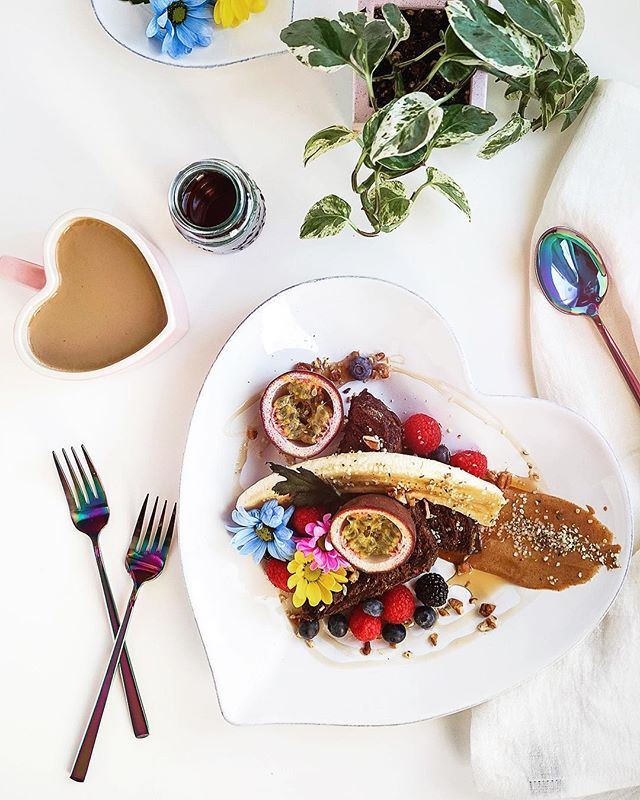 FRENCH TOAST BREKKIE // Good morning babes 💃🏻 Try my Vanilla French Toast with Spiced Cardamom Cream Cheese (plants only ✌🏼) - Recipe on the blog --  plant-tribe.com - - - - #ladieswhobrunch #frenchtoast #veganbrunch #veganbrekkie #yqr #vegancreamcheese #cardamom #spiced #creamcheese #vegansofinstagram #brekkie #brunchsquad #urbanoutfitters #thewhitecompany