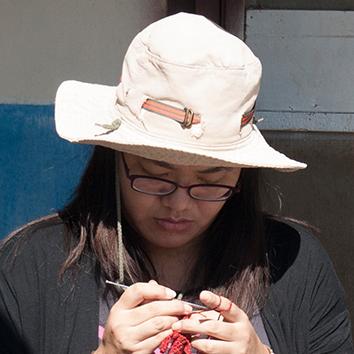 """與談講者  藝術家林琳 女士  成長於台東卑南族下賓朗部落,在都市接受教育,直到回到部落後,才慢慢接受雙重的身份認同。2009年參與的原住民藝術工作者駐村計畫,將傳統卑南服飾的十字繡法,數位化整理成部落傳統衣飾配色手冊。她相信創作就是一個檢討自身存在意義的過程,近年她去感受各種自然素材,於2012年與2015年以作品""""在尋找之前找尋""""及""""重返野性海洋"""",分別拿下國際南島美術節與大地藝術節的首獎,展露飽滿的藝術創作能量。"""