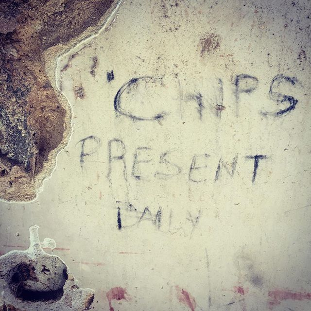 Chips present daily 😅- - - - - - - - - - - - - - - - - - - - #thewritingsonthewall #wallart #chipped #lamutamu #whyilovelamu #lamu #chips #hiddenworlds #collage #cutandpaste #graffiti #humour #streetstyle #streetfood #african #plaster #humanfood #walkoftheday #myvillage #everydayafrica #everydayafrique #walk