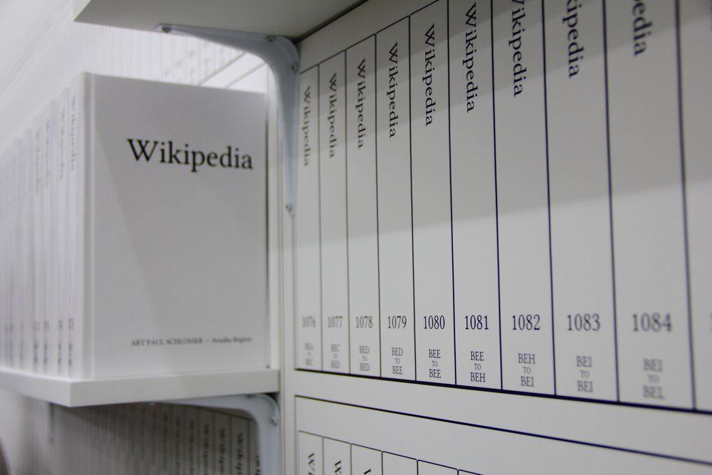 Michael Mandiberg - Print Wikipedia (2015)  Michael Mandiberg wil een momentopname maken van de Engelstalige pagina's van Wikipedia. De kunstenaar werkt drie jaar aan software om alle beschikbare pagina's automatisch om te zetten in printvriendelijk materiaal. Het printproces neemt 24 dagen, 3 uren en 18 minuten in beslag. Volgens Mandiberg is Wikipedia printen een praktische visualisatie van de grootste verzameling van menselijke kennis en tegelijkertijd een poëtische vertolking van de onmenselijke schaal van big data. Op het ogenblik dat hij op 7 april 2015 op de 'print'- knop duwt, is zijn versie reeds gedateerd.  5.244.111 pagina's in 7471 boeken.  'Print Wikipedia' werd in de zomer van 2015 voorgesteld in de Denny Gallery in New York. Omdat de omvang van het kunstwerk zo immens was, werden 'slechts' 2.000 boeken tentoon gesteld.  Prachtig in het genre: 'Het internet afprinten'