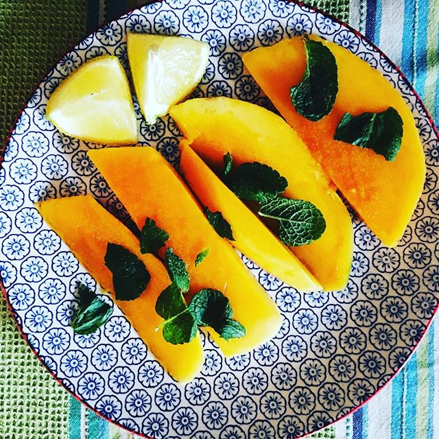 Love me a mango! Couldn't resist cutting one open for breakfast this morning 💛 Have been really getting into @deannaminich and exploring her wonderful and inspiring ideas about eating to support your chakras. Did you know orange foods support the sacral chakra, which is intimately related to our ovaries, emotions and creativity? So next time you find yourself feeling cranky during your period a mango might have the answer!