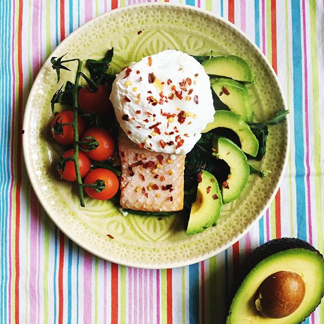 Nothing says 'I love my hormones' more than a plate of good fats! ❤Many women I work with continue to be fat phobic - years of being told that fat makes you fat (not true!) means that they find it difficult to get their heads around the fact that YES it's ok to eat avocados and YES you can eat eggs every day and YES oily fish is fantastic for you! The feedback I get from clients when they start introducing fat into their diet is incredible - they feel more satisfied, they're sleeping better, their skin is glowing, they have more energy and their hormonal symptoms start to calm down. Are you including some good fats with every meal?