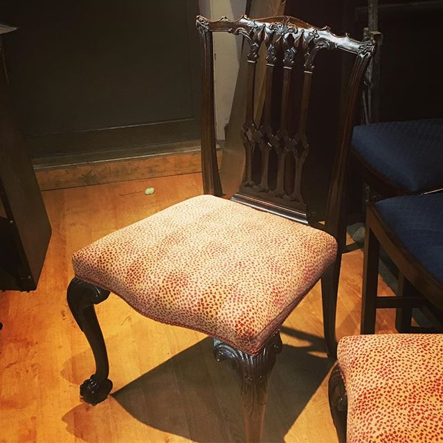 One of a beautiful pair of hall chairs we sourced recently for a client and covered in @colefaxandfowler #malabar which is one of our favourite fabrics! Finished off with a stunning gimp from @turnellandgigon. We are always happy to help source pieces - be it a single chair or many pieces, #carolinepercy has been sourcing antiques for over 30 years and has unrivalled contacts worldwide. Please DM us for more information. #historicdecoration #antiquefurniture #antiquechairs #hallchairs #colefaxandfowler #turnellandgigon
