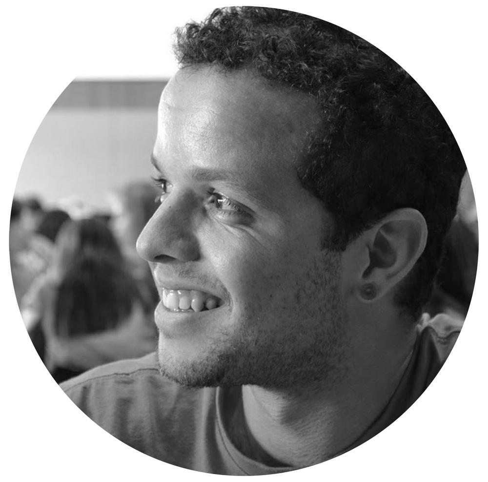 Bruno Rodrigues Desenvolvedor FrontEnd há dez anos, se especializou em Arquitetura de Informação e Design Thinking. Com passagens por agências de publicidade e de multimída no Brasil e na Austrália, possui experiência de desenvolvimento em projetos voltados para a internet de pequeno, médio e grande portes.