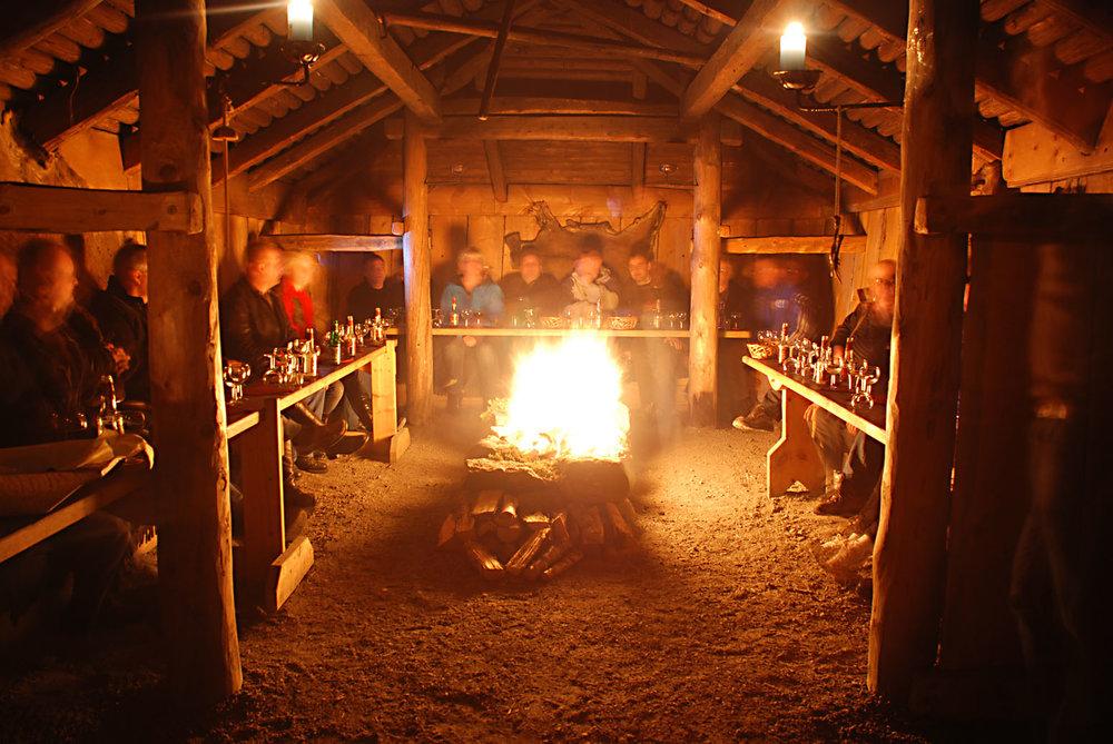Samling rundt ildstedet i langhuset